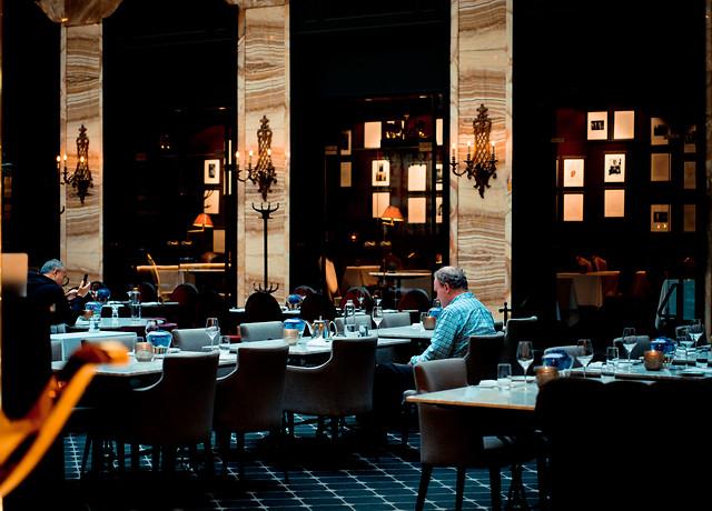 restaurant-table-night-in-oslo-people-bar 图片素材