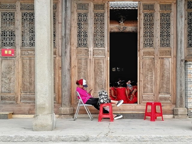 show-xiao-yan-red-column-sitting picture material