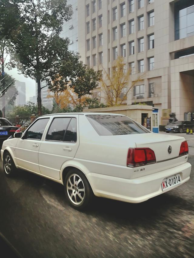 街头白色汽车 picture material