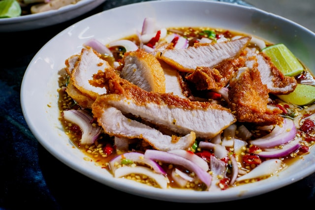 crispy-pork-spicy-salad-street-food 图片素材