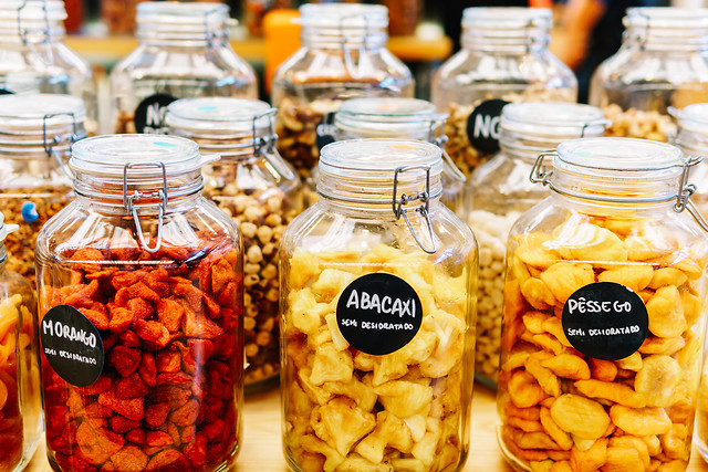 dried-fruits-in-glass-jars-for-sale-in-fruit-market 图片素材