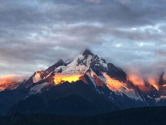 meili-snow-mountain-sunrise-sky-mountainous-landforms-mountain-geological-phenomenon 图片素材
