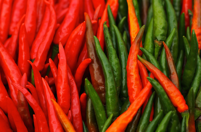 closeup-red-and-green-chillies 图片素材