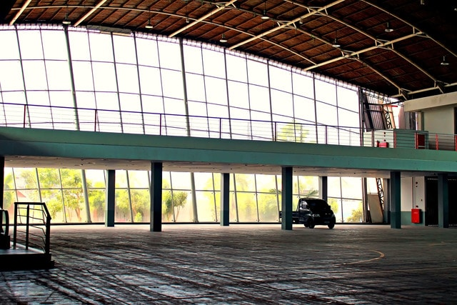 ceiling-pickup-warehouse-windows-daylight picture material