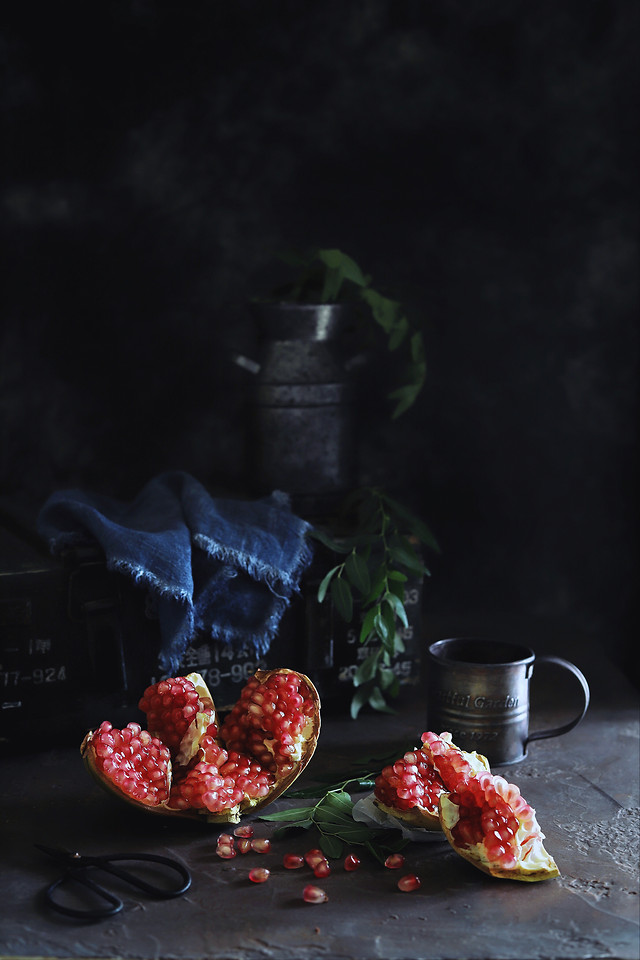 still-life-fruit-dark-tone-light-and-shadow-still-life-photography picture material