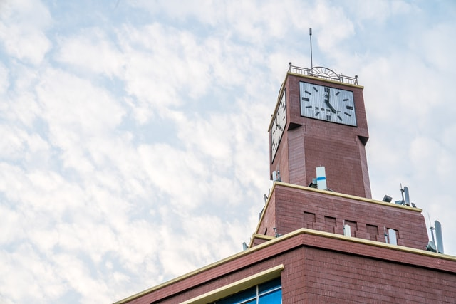 unique-red-plaid-clock-tower-a-distinctive-red-check-clock-building 图片素材
