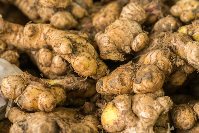 many-ginger-piled-up-together-a-lot-of-ginger-is-piled-up 图片素材