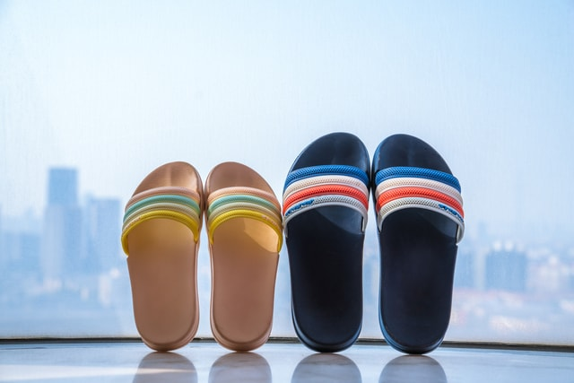 couple-slippers-in-front-of-the-high-window 图片素材