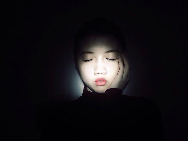 face-girl-portrait-dark-studio picture material