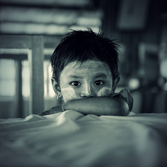 monochrome-portrait-child-people-street 图片素材