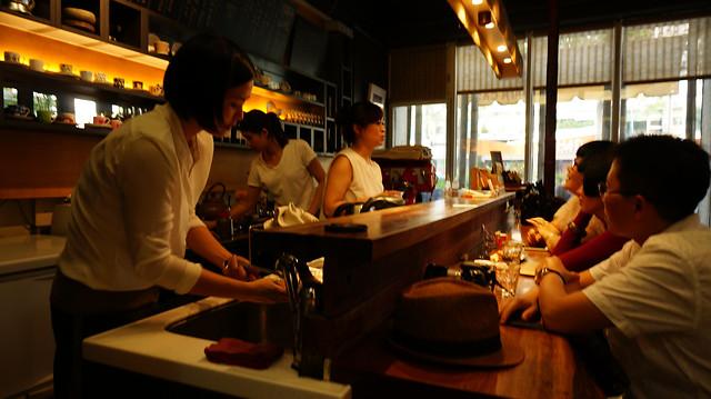 restaurant-people-bar-adult-woman 图片素材