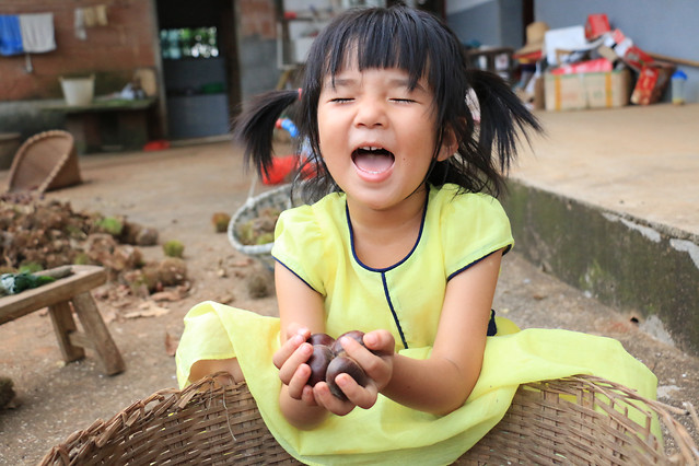 child-people-outdoors-daylight-yellow 图片素材
