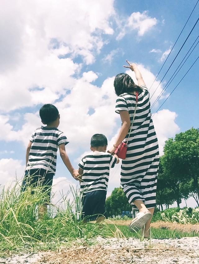 child-fun-summer-love-grass picture material
