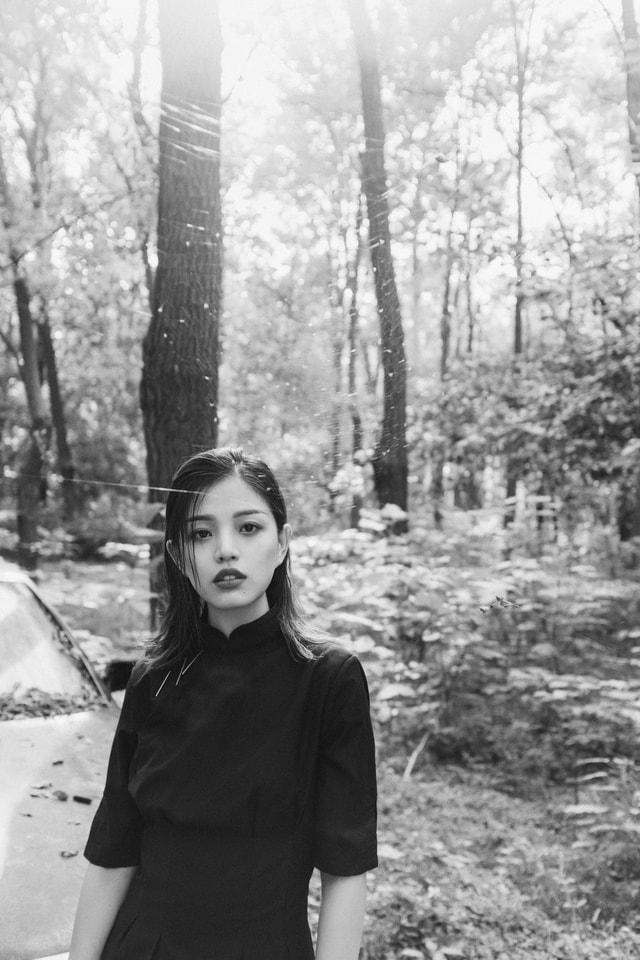 woman-tree-girl-portrait-monochrome picture material