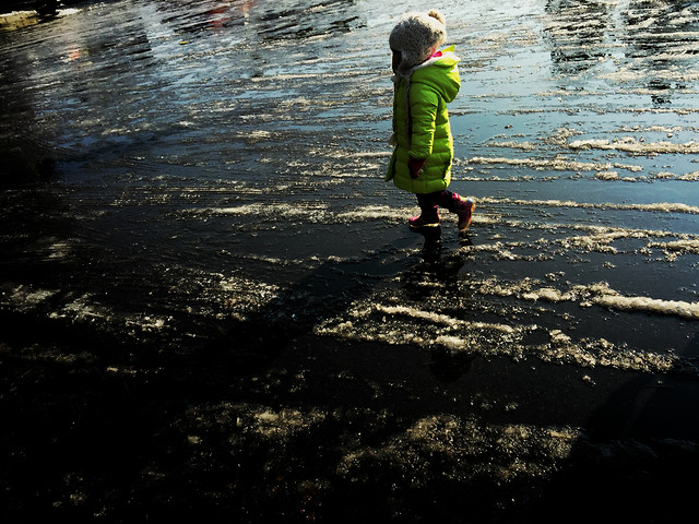 child-water-rain-people-reflection 图片素材