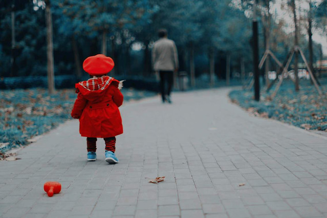 child-people-street-red-blue 图片素材