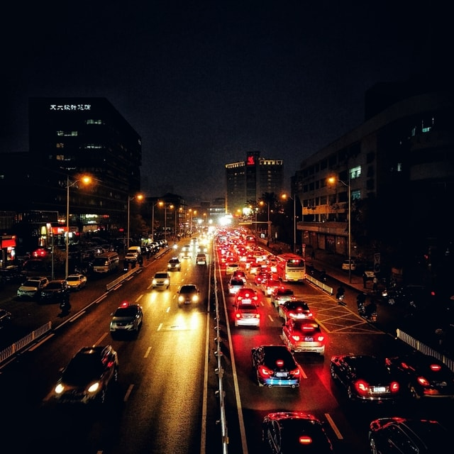 city-traffic-downtown-evening-street 图片素材