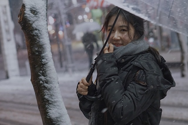 winter-snow-girl-street-beat-portrait-photography 图片素材