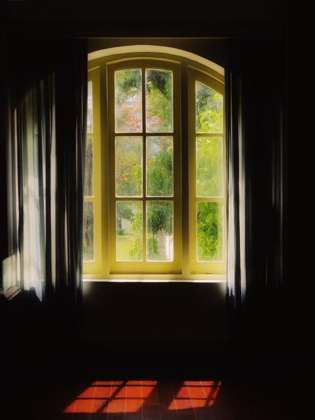 mobile-photography-window-light-room-yellow picture material