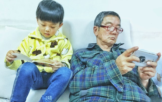 character-portrait-child-technology-electronic-device 图片素材