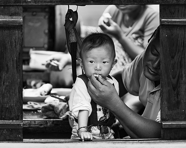 child-people-monochrome-street-boy 图片素材