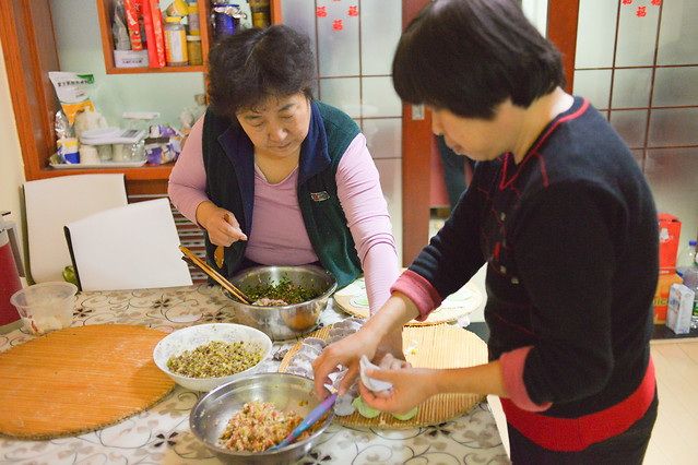 woman-adult-indoors-people-cooking 图片素材