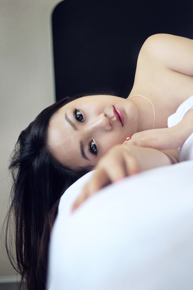 woman-nude-indoors-girl-portrait 图片素材
