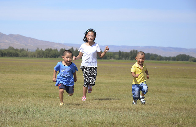 child-happiness-people-fun-grassland 图片素材