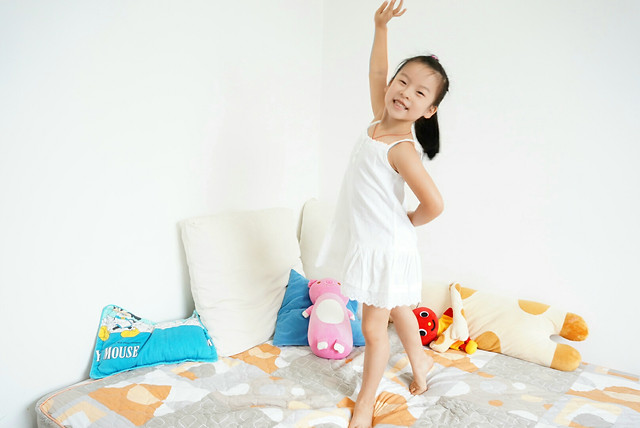 woman-family-indoors-relaxation-child picture material