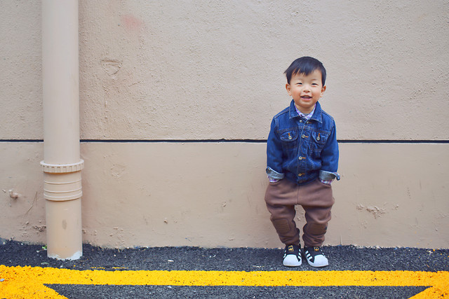 child-street-people-boy-blue 图片素材