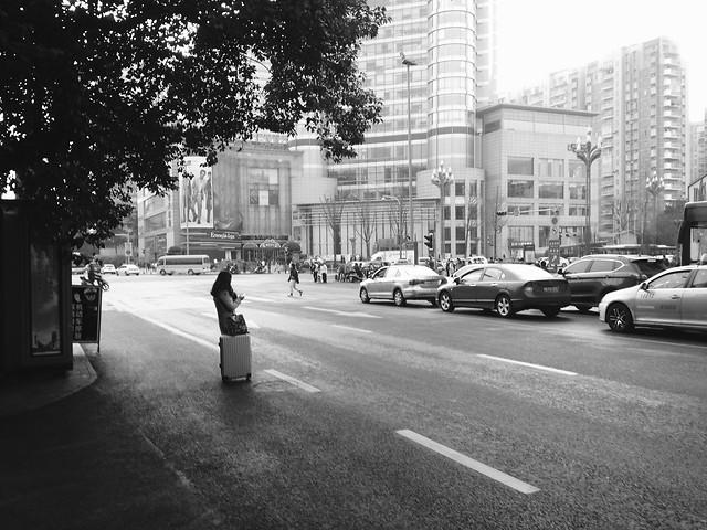 street-car-road-people-monochrome 图片素材
