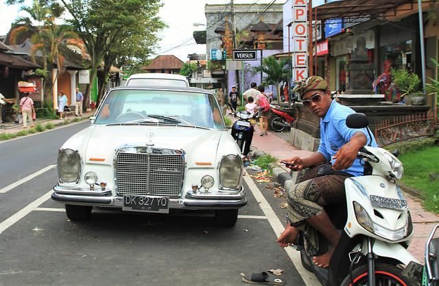 street-vehicle-car-road-people 图片素材