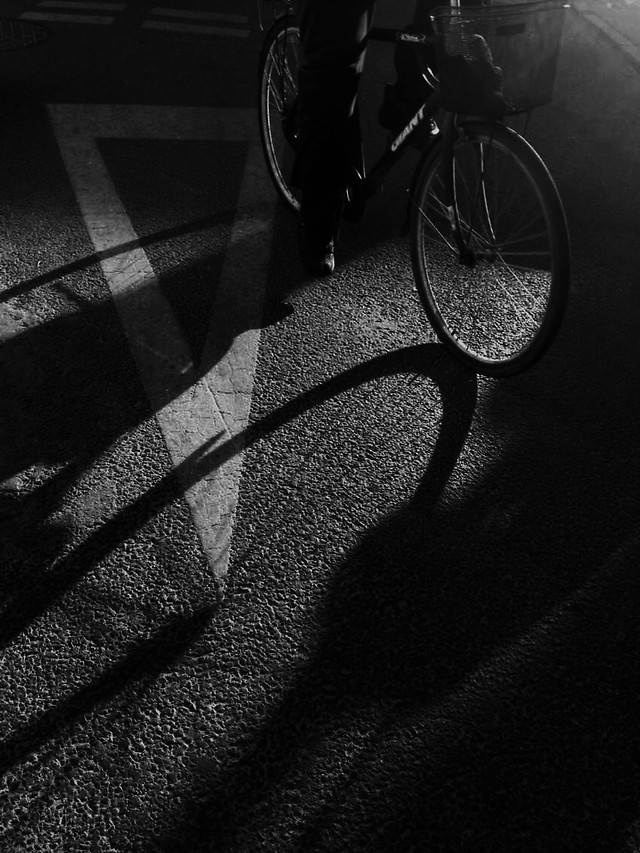 monochrome-black-bike-white-dark picture material