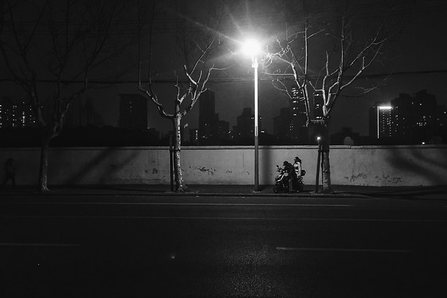 street-light-people-monochrome-night 图片素材