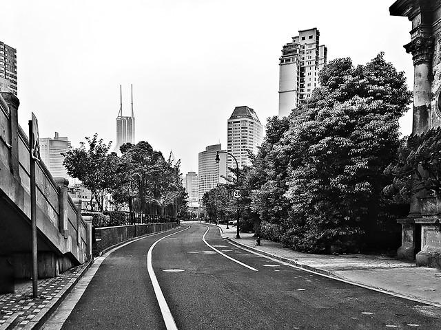 monochrome-street-no-person-city-travel 图片素材