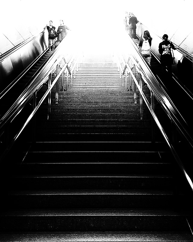 step-monochrome-subway-system-escalator-black-white 图片素材