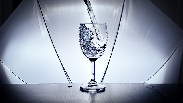glass-drink-water-alcohol-reflection 图片素材