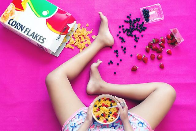 woman-pink-fun-people-indoors 图片素材