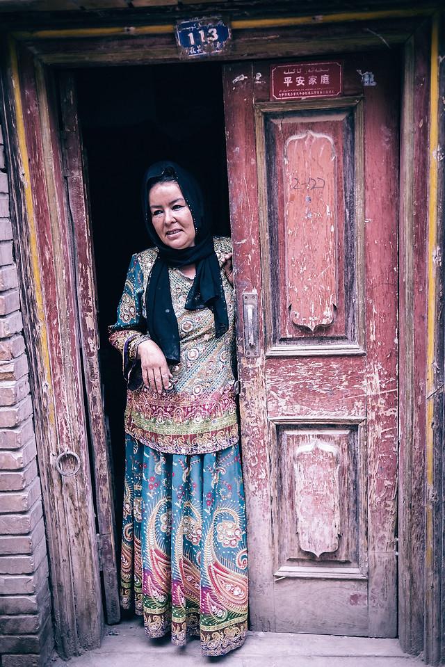 door-people-woman-doorway-one picture material