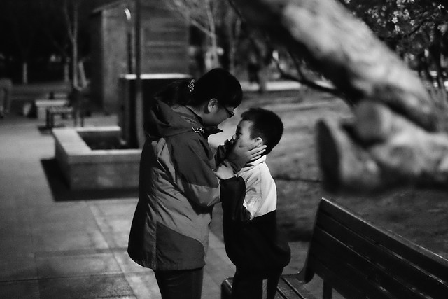 people-monochrome-street-two-child 图片素材