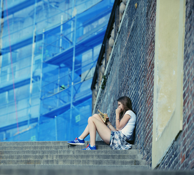 woman-people-blue-outdoors-city 图片素材