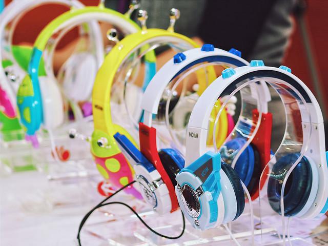 fun-technology-headphones-desktop-color picture material