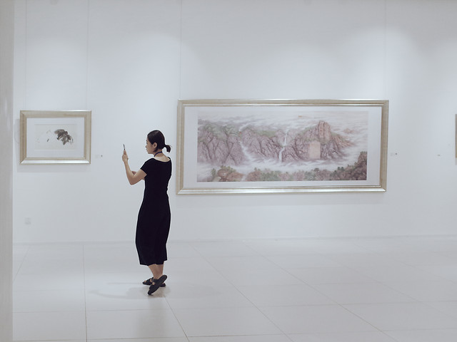 museum-exhibition-painting-people-room picture material