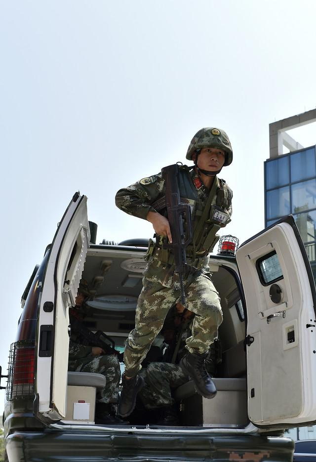 military-army-vehicle-people-man 图片素材