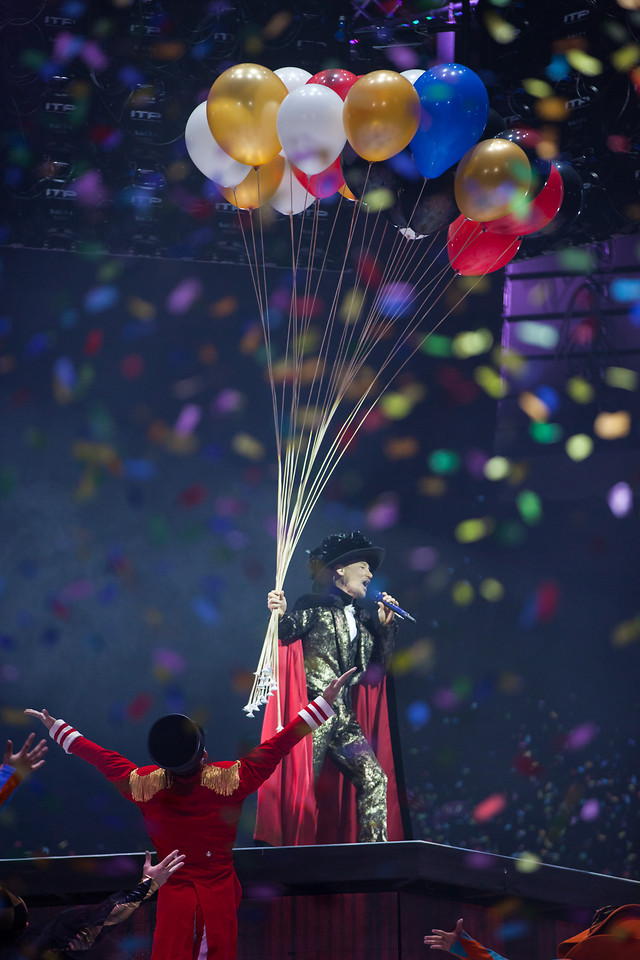 stage-portrait-colorful-balloon-documentary picture material