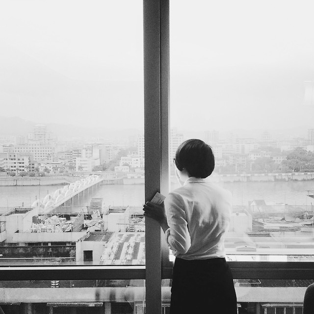 window-black-and-white-character-back-view-city 图片素材