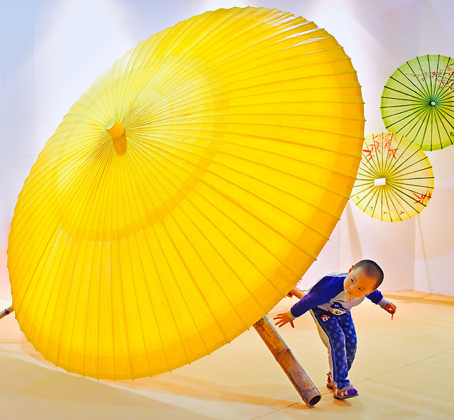 play-child-umbrella-curious-character 图片素材
