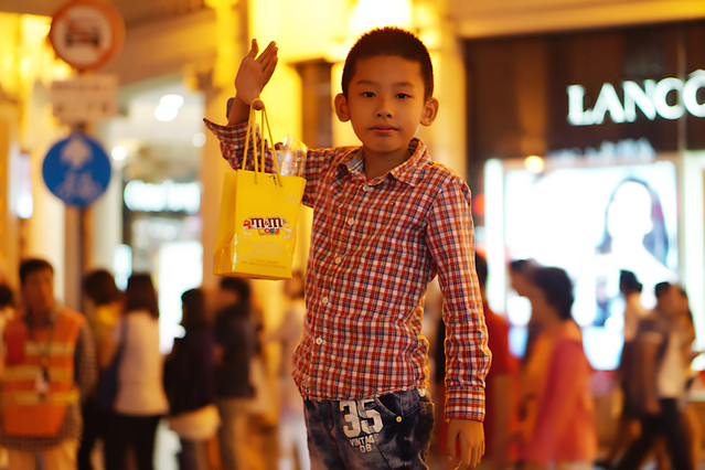 shopping-child-people-stock-indoors 图片素材