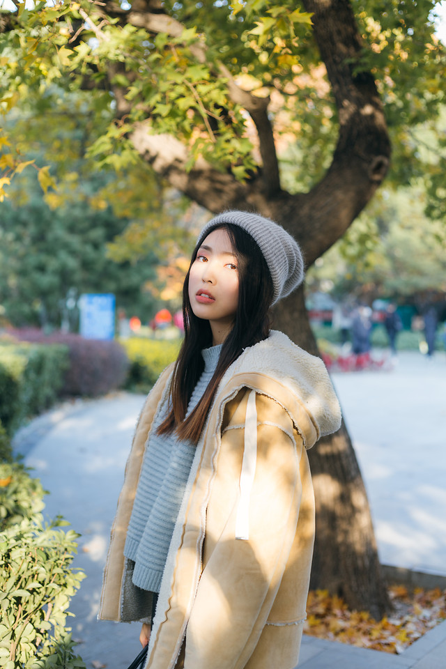 fall-outdoors-girl-tree-woman 图片素材