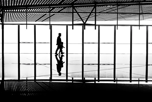 character-airport-reflection-black-and-white-black 图片素材
